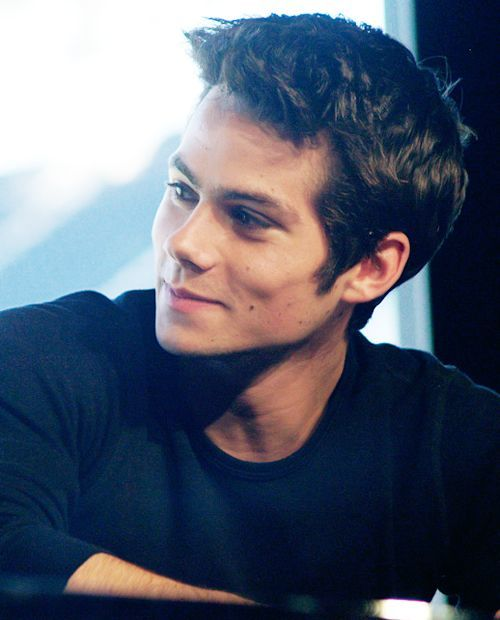 dylan-obrien-black-shirt